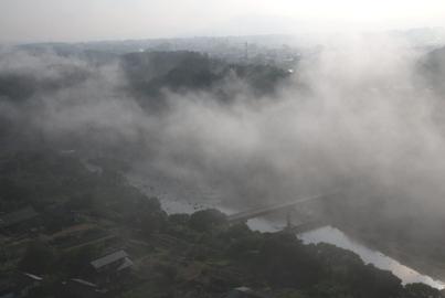 南から北へ流れていく霧