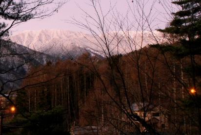 日の出直後の山並