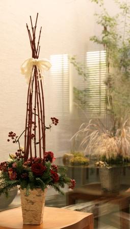 白樺の樹皮でできた花器