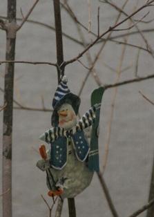 すきーを担いだ雪だるま
