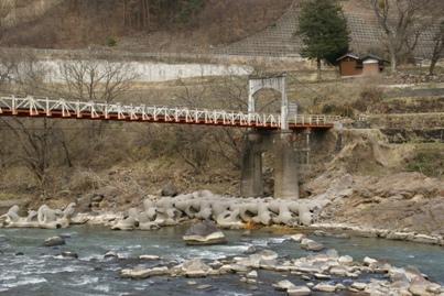千曲川にかかる吊り橋