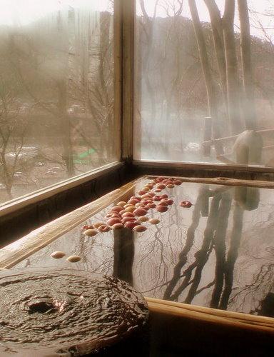 千曲川を見下ろすりんご風呂